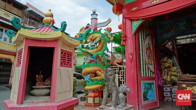 Vihara Tri Dharma Bumi Raya terletak di pusat kota Singkawang, tepatnya Jalan Sejahtera.