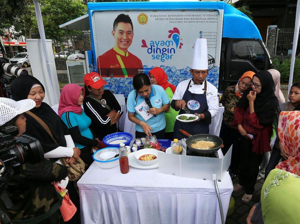 Chef Iyan mendemonstrasikan memasak daging ayam dingin segar. Pool/Kementan.