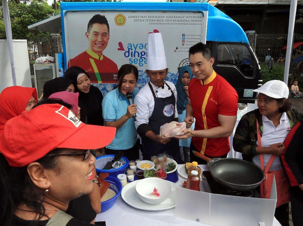 Demo memasak dipandu oleh Duta Ayam Dingin Segar Chef Edwin Lau dan Chef Iyan. Pool/Kementan.