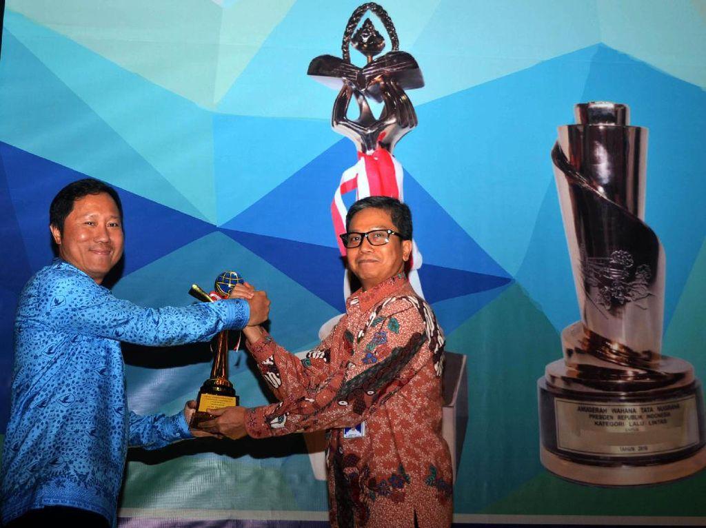 Direktur PT Blue Bird Tbk Sigit Priawan Djokosoetono (kiri) menerima penghargaan dari Direktur Angkutan dan Multimoda Ditjen Hubdat Cucu Mulyana (kanan), Selasa (31/1/2017). Pool/Blue Bird.