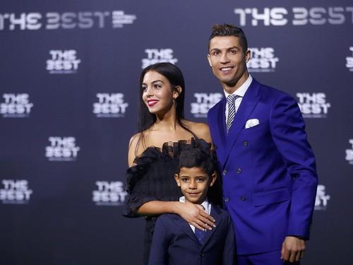 Cristiano Ronaldo Hadiahi Kekasihnya Cincin Mewah Seharga 3 Mobil Alphard
