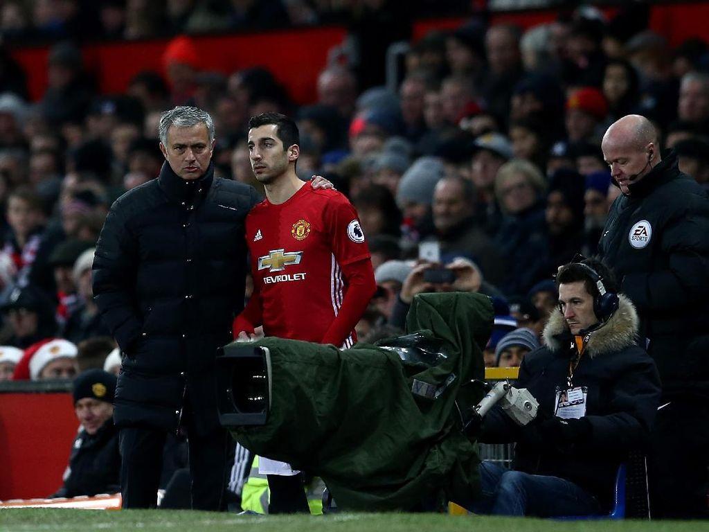Henrikh Mkhitaryan tahu betul tidak enaknya berselisih dengan Mourinho. Gelandang Armenia itu dibekukan selama dua bulan sebelum akhirnya dilepas ke Arsenal, untuk mendapatkan Alexis Sanchez. (Foto: Jan Kruger/Getty Images)
