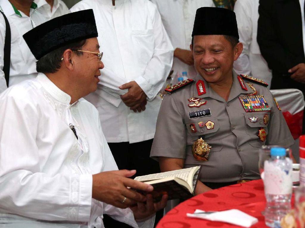Penyaluran wakaf Al Quran dengan kertas premium ini merupakan kegiatan rutin yang dilakukan oleh APP Sinar Mas bekerjasama dengan berbagai mitra baik pemerintah, lembaga keagamaan, sampai dengan pilar usaha Sinar Mas di seluruh Indonesia. Pool/dok Sinar Mas.