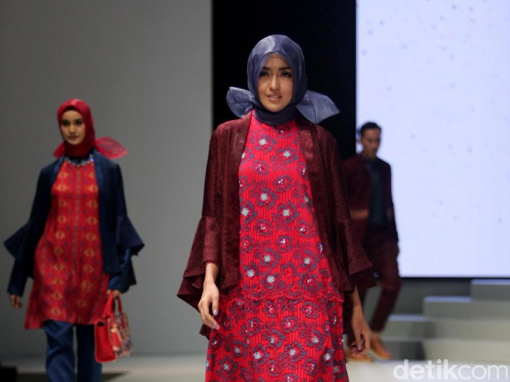 Foto: Koleksi Shafira di Indonesia Fashion Week 2017