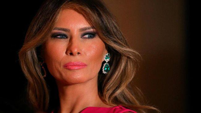Tepis Tangan, Melania Trump Curi Perhatian Netizen