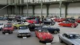 Deretanmobil-mobil klasik ditampilkan oleh rumah lelang Bonhams di ruang pameran Grand Palais selama sepekan di ajangRetromobile di Paris, Prancis. (REUTERS/Benoit Tessier)