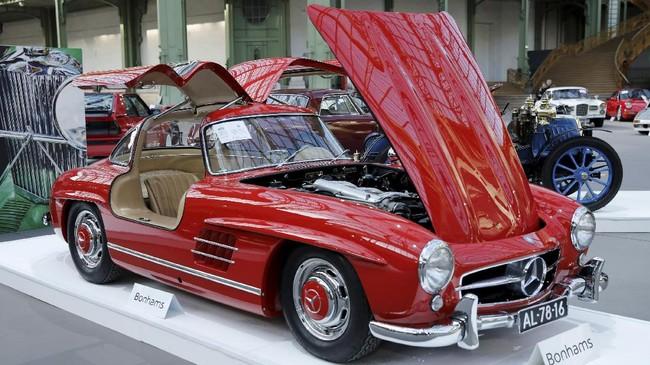 Mercedes-Benz 300 SL 'Gullwing' Coupe turut dipamerkan di ajang pameran sepekan Paris Retromobile.(REUTERS/Benoit Tessier)