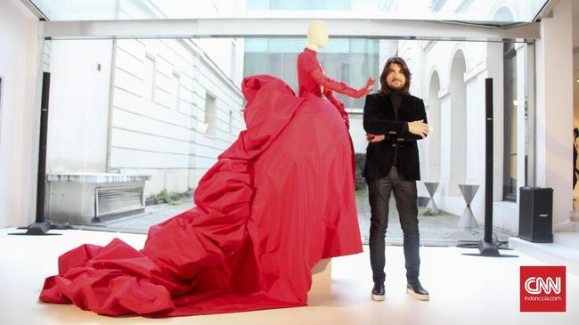 Menikmati Keindahan 'Patung Hidup' Stephane Rolland