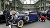 Mercedes-Benz 320 3.2-Litre Cabriolet B yang dirilis pad amasa evolusi tahun 1938 mengusung konsep paduan kendaraan besar dan sedang turut menyemarakkan Retromobile di Prancis. (REUTERS/Benoit Tessier)
