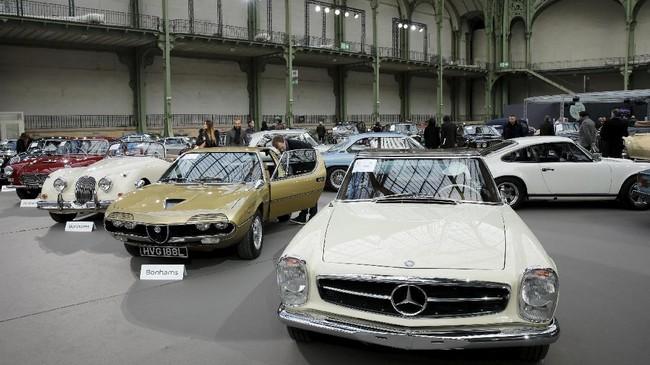 Sebuah Mercedes-Benz 280 SL Convertible dengan hardtop ditampilkan di ajangpameran mobil klasik di perhelatan Retromobile di Paris Prancis. (REUTERS/Benoit Tessier)