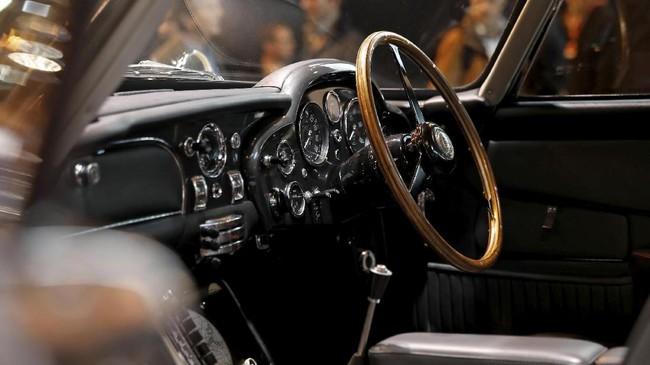 Interior Aston Martin DB5 1964 yang sempat dipakai untuk syuting film James Bond Goldfinger dan Thunderball. (REUTERS/Benoit Tessier)