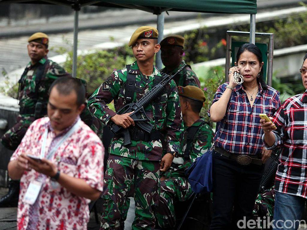 Tak hanya itu, personel TNI juga tengah berjaga dengan persenjataan lengkap.