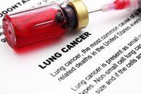 Salah satu zat berbahaya di dalam rokok adalah zat karsinogen yang dapat menyebabkan kanker. Merokok 10 batang atau kurang per hari bisa meningkatkan risiko terkena kanker paru-paru hingga 20 kali dibanding orang yang tidak merokok. (Foto: Thinkstock)