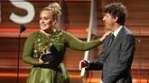 Terakhir, acara itu ditutup dengan pidato menakjubkan dari Adele, yang memenangi lima kategori di Grammy. Alih-alih berbangga diri, ia justru memuja-muji Beyonce, pesaingnya. Tapi sebelumnya ia sempat gugup dan terengah menyampaikan pidatonya. (REUTERS/Lucy Nicholson)