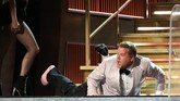 James Corden sang pembawa acara merangkak naik ke atas panggung, sempat terjerembap dan membuat sepatunya lepas, lalu nge-rap sembari menjanjikan hal-hal menarik di Grammy. (REUTERS/Lucy Nicholson)