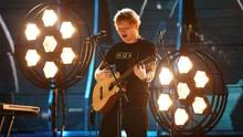 'Ed Sheeran' Raksasa Bersantai di Pusat Kota Moskow