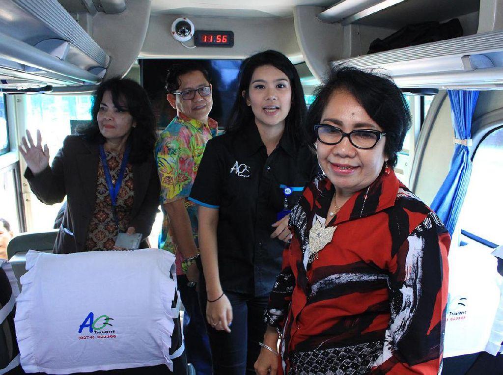 Bus JR Connexion melayani penumpang kawasan Lippo Cikarang menuju Blok M Jakarta Selatan dengan tarif 20 ribu rupiah. Saat ini ada 7 Bus JR Connexion Rute Lippo Cikarang - Blok M untuk mewujudkan pelayanan angkutan pemukiman yang terintegrasi ke pusat kota Jakarta. Pool/Emral.