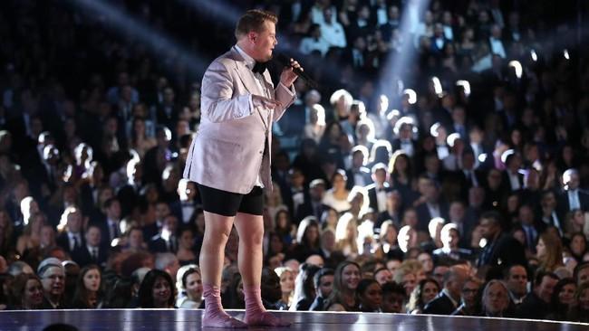 Itu rupanya membuat James Corden terinspirasi. Di penampilan selanjutnya, ia juga membuka celananya. Ia bahkan membuka sepatunya, menampilkan sepasang kaus kaki pink. (REUTERS/Lucy Nicholson)