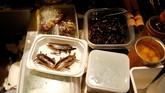 Untuk menghasilkan citarasa makanan serangga air yang lezat, serangga ini didatangkan langsung dari Thailand. (REUTERS/Toru Hanai).