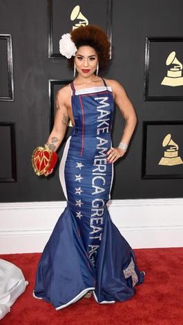 Gaun Grammys Penyanyi Ini Berslogan Kampanye Donald Trump
