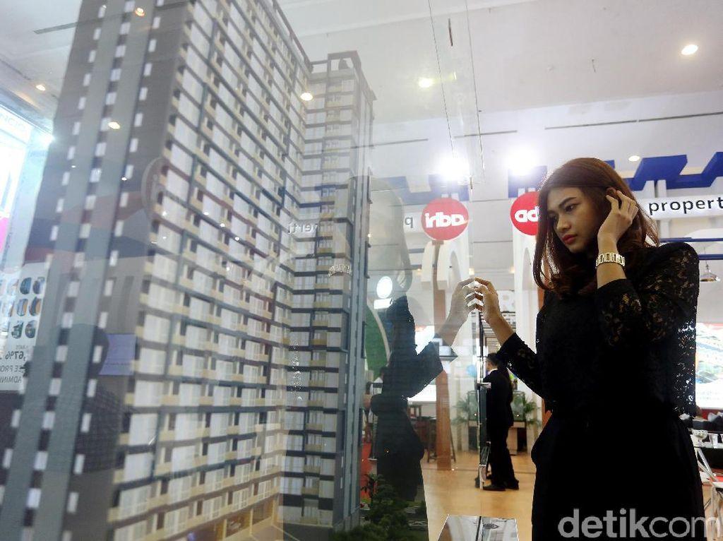 Pengunjung tengah melihat market apartemen mahasiswa, yang ditawarkan oleh PT Adhi Persada Properti sebagai anak perusahan PT Adhi Karya, dalam pameran Indonesia Property Expo (IPEX) 2017.