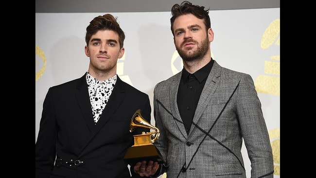 The Chainsmokers yang lagunya didendangkan di mana-mana, pun mendapat kemenangannya. Mereka membawa pulang piala Best Dance Recording lewat lagunya Don't Let Me Down. (AFP PHOTO / Robyn BECK)