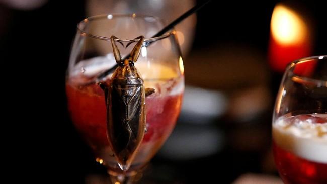 Serangga-serangga ini juga diolah menjadi aneka makanan seperti ulat karamel sampai cocktail serangga air yang mirip kecoak. (REUTERS/Toru Hanai)