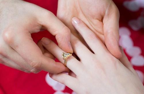 Ini Alasan Wanita Dipakaikan Cincin Berlian Saat Bertunangan