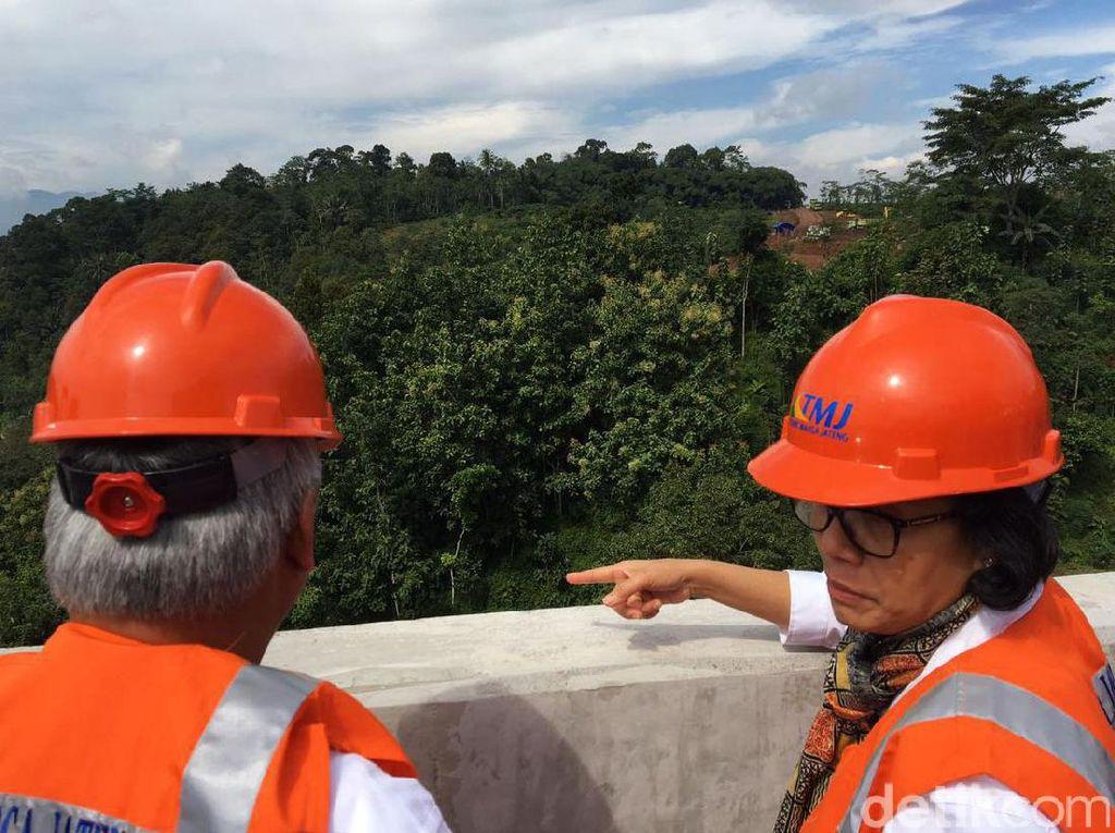 Sri Mulyani yang mengenakan rompi dan helm proyek datang ke lokasi proyek pada pukul 9.30 WIB. Dia ditemani Menteri PUPR Basuki Hadimuldjono, dan Gubernur Jawa Tengah Ganjar Pranowo.