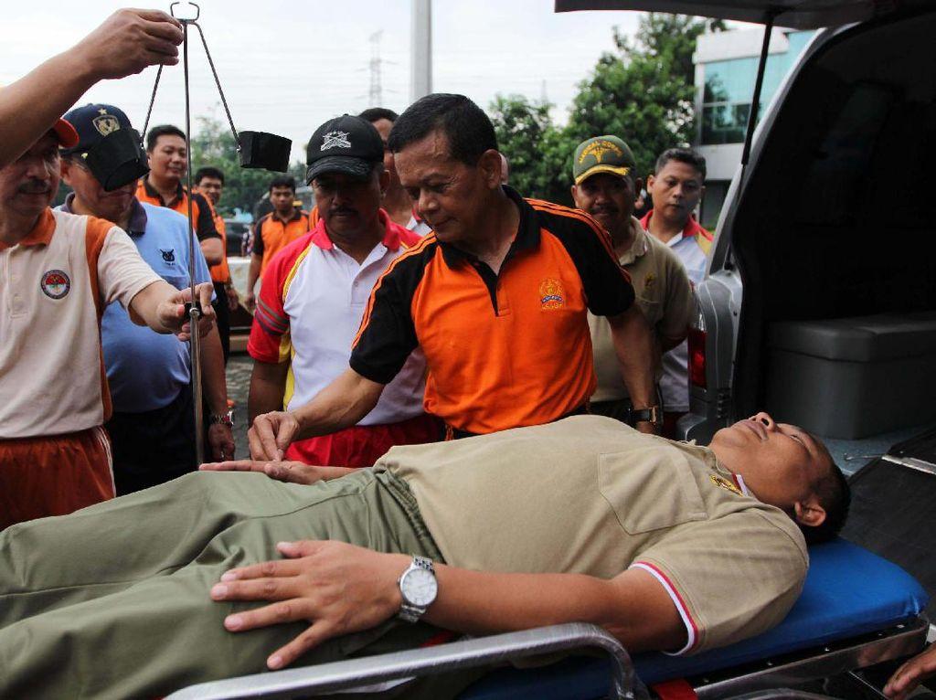 Seorang kru menjajal tandu yang ada di dalam ambulans. Pool/dok. ASABRI.