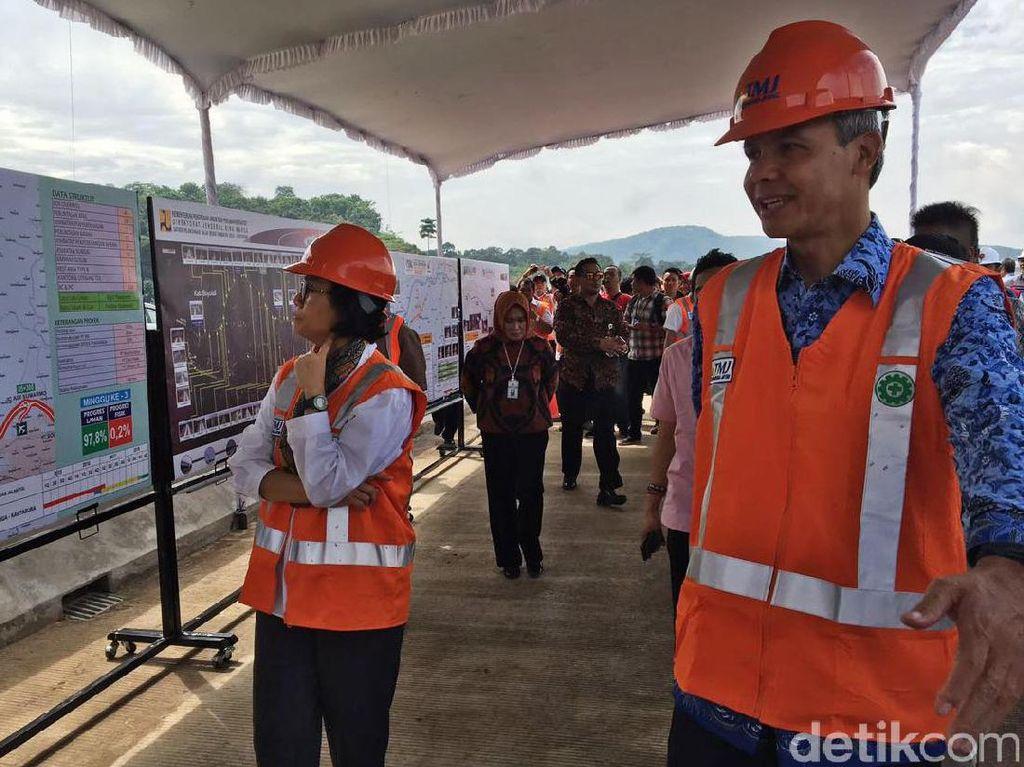 Usai melihat pemandangan dari atas jembatan, Sri Mulyani kemudian menuju papan informasi untuk mendapatkan penjelasan lebih lanjut progres tol Semarang-Solo.