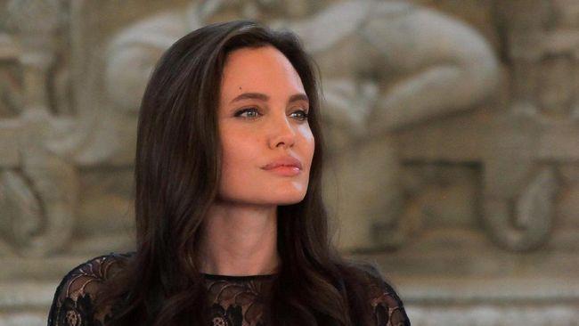 Angelina Jolie Lega Kembali Jadi 'Jomlo'