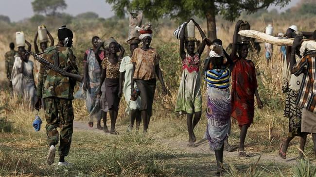 Pertempuran sengit di Sudan Selatan memaksa 1,5 juta orang mengungsi, menyelamatkan diri dari konflik yang tak kunjung mereda sejak Desember 2013 itu. (Reuters/Siegfried Modola)