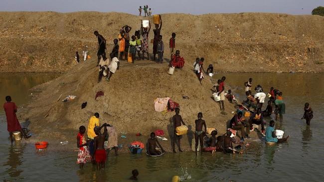Uganda merupakan tujuan utama para pengungsi. Setidaknya 698 ribu orang sudah tiba di negara itu. Sementara itu, 342 ribu pengungsi ditampung di Ethiopia dan puluhan ribu lainnya sudah tiba di beberapa negara tetangga. (Reuters/Siegfried Modola)