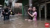 Tanpa rasa takut, bocah-bocah perempuan tampak menikmati bermain air kala banjir melanda perkampungan di kawasan Rawajati, Jakarta Selatan, yang terendam banjir sejak Selasa (21/2) pagi. Keselamatan dan kesehatan anak-anak korban banjir perlu mendapat perhatian dan penanganan yang segera. (CNN Indonesia/Andry Novelino)