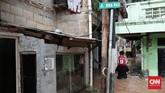 Tingginya banjir di wilayah Jalan Bina Warga, Rawajati, Jakarta Selatan, yang terkena banjir hingga satu meter lebih sejak Selasa (21/2) pagi, membuat anak-anak tak bisa menerjang banjir sehingga terpaksa harus digendong di pundak. Keselamatan anak-anak sangat rentan mengingat tingginya banjir yang juga ada arusnya. (CNN Indonesia/Andry Novelino)