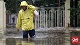 Banjir setinggi lutut orang dewasa juga melanda Perumahan Timur Emas, Bekasi Selatan, Selasa (21/2). Cukup banyak warga di perumahan tersebut yang menerjang banjir. Di antara mereka ada yang membawa barang dengan memposisikan di belakang punggung agar tak terkena air. (CNN Indonesia/Safir Makki)