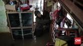 Bambang, seorang warga di Jalan Bina Warga kawasan Rawajati, Jakarta Selatan, bagian dalam rumahnya terendam banjir sejak Selasa (21/2) pagi. Bambang yang pekerjaannya menjadi tukang sampah berusaha menyelamatkan barang-barangnya agar tak terkena banjir. (CNN Indonesia/Andry Novelino)