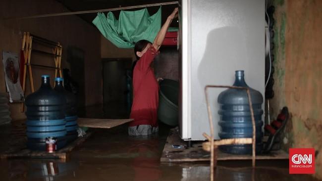 Rumah-rumah penduduk yang berada di Jalan Bina Warga kawasan Rawajati, Jakarta Selatan, bagian dalam rumahnya banyak yang terendam banjir sejak Selasa (21/2) pagi. Banjir akibat tingginya intensitas curah hujan dan meluapnya Kali Ciliwung ini membuat ketinggian air mencapai satu meter lebih. (CNN Indonesia/Andry Novelino)