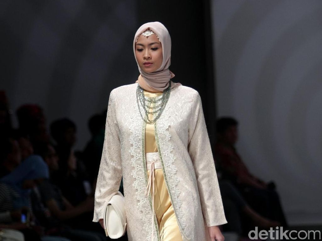 Foto: Koleksi Anniesa Hasibuan di Indonesia Fashion Week 2017