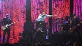 Chris Martin tidak haya tampil sekali. Bersama Coldplay, ia menampilkan lagu baru hasil kolaborasi dengan The Chainsmokers, yang baru rilis hari itu juga. Lagu itu berjudul <em>Something Just Like This</em>, yang liriknya meyinggung soal kekuatan manusia dan superhero. (REUTERS/Toby Melville)