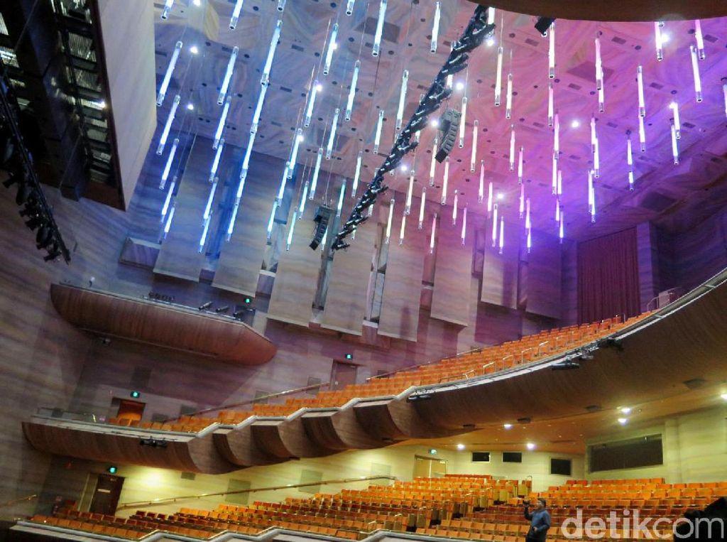 Instalasi lampu-lampu serta bentuk tempat duduk yang dibuat bertingkat di teater yang berlokasi di Hamer Hall, Art Centre Melbourne, Melbourne, Australia.