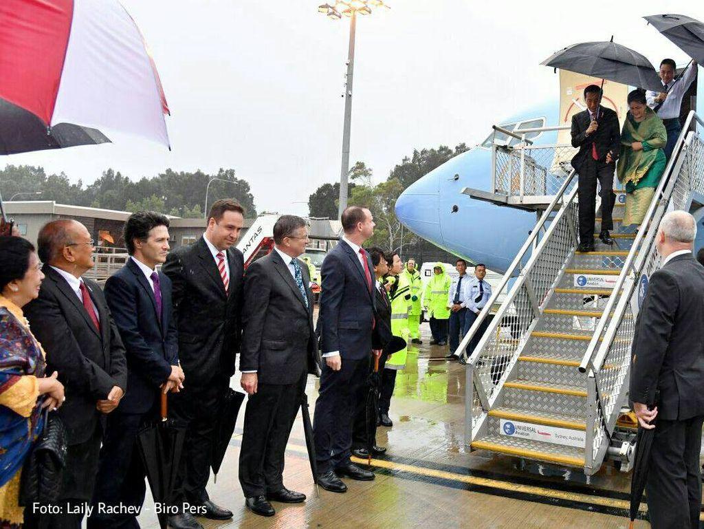 Jokowi juga terlihat memayungi Iriana begitu tiba di Sydney, Australia. Foto: Presiden Jokowi tiba di Sydney, Australia (Biro Setpres/Laily Rachev)