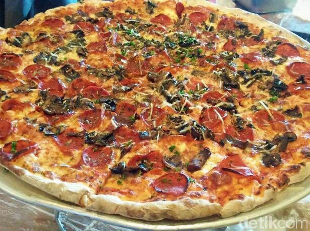 Terakhir, panggang pizza di oven dengan suhu 250 derajat celcius selama 5-7 menit. Putar-putar loyang saat dipanggang secara berkala agar pizza tak gosong. Pizza pun siap dinikmati.