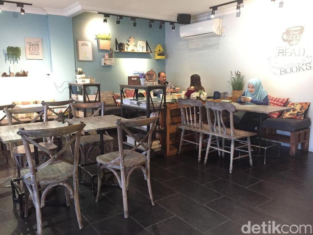 Cottonwood Cafe ada di basement boutique hotel Cottonwood Bed & Breakfast House. Kafe ini berkonsep shabby chic dengan suasana nyaman.