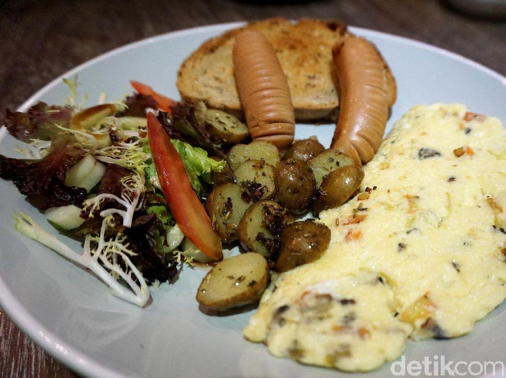 Pastikan mencicip Omelette Full Plate saat mampir ke sini. Omelette ditemani dua potong sosis, salad sayuran segar, kentang panggang, dan roti sourdough.