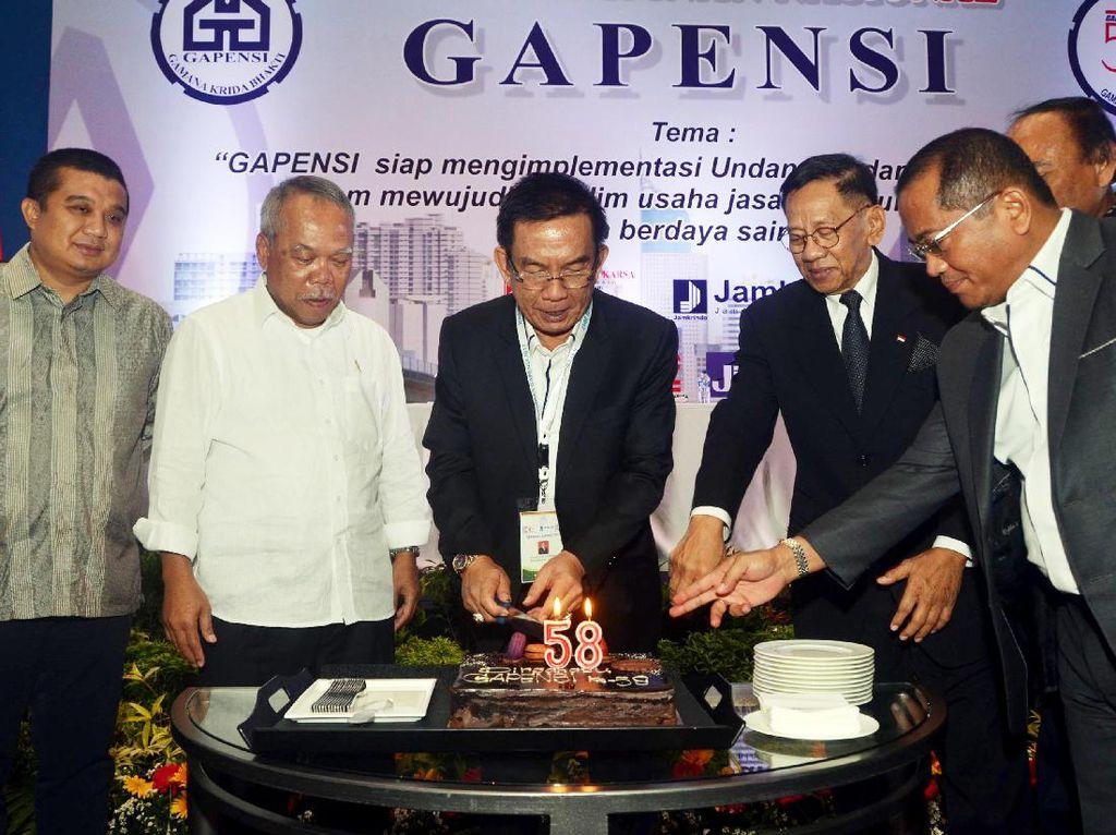 Ketua Dewan Pertimbangan BPP Gapensi Erwin Aksa (kiri) serta jajaran anggota Gapensi memotong kue hari ulang tahun ke-58 Gapensi usai pembukaan Rapat Pimpinan Nasional BPP Gapensi. Dok, GAPENSI.