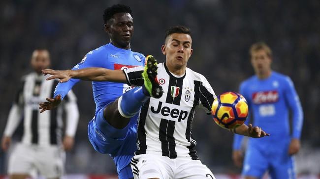 Penyerang Juventus Paulo Dybala (kanan) dikawal ketat gelandangAmadou Diawara. Juventus mengalami kesulitan membongkar pertahanan Napoli di babak pertama. (AFP PHOTO / Marco BERTORELLO)