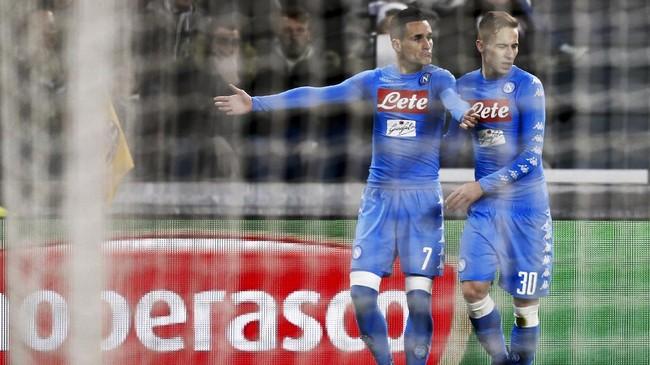 Penyerang Napoli Jose Maria Callejon (kiri) merayakan gol bersama Leonardo Pavoletti. Callejon membawa Napoli unggul pada menit ke-36 setelah memanfaatkan umpan Lorenzo Insigne. (AFP PHOTO / Marco BERTORELLO)