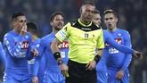 Kontroversi kembali terjadi pada menit ke-69 setelah Juventus mendapat penalti kedua. WasitPaolo Valeri menunjuk titik putih setelah Juan Cuadrado dilanggar Pepe Reina. Sebelumnya, Napoli tidak mendapat hadiah penalti meski Raul Albiol terlihat dilanggar di kotak penalti Juventus.(AFP PHOTO / Marco BERTORELLO)